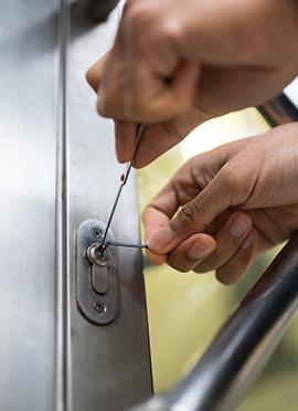 awaryjne-bezinwazyjne-otwieraznie-drzwi-mieszkan