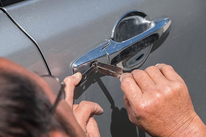 fachowa-pomoc-zatrzasniete-drzwi-samochodu